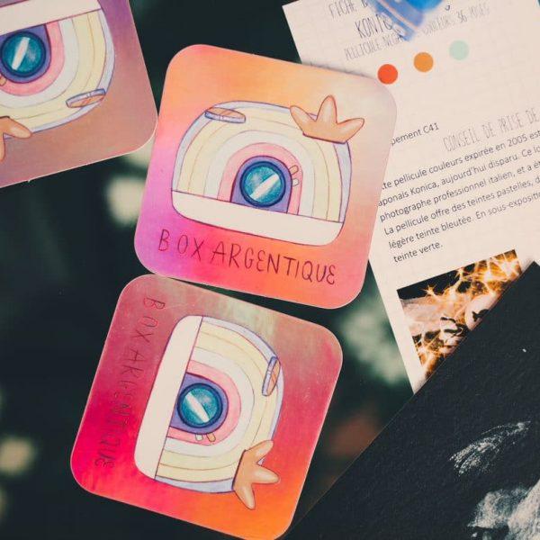 Sticker Box argentique. Finition Holographique.